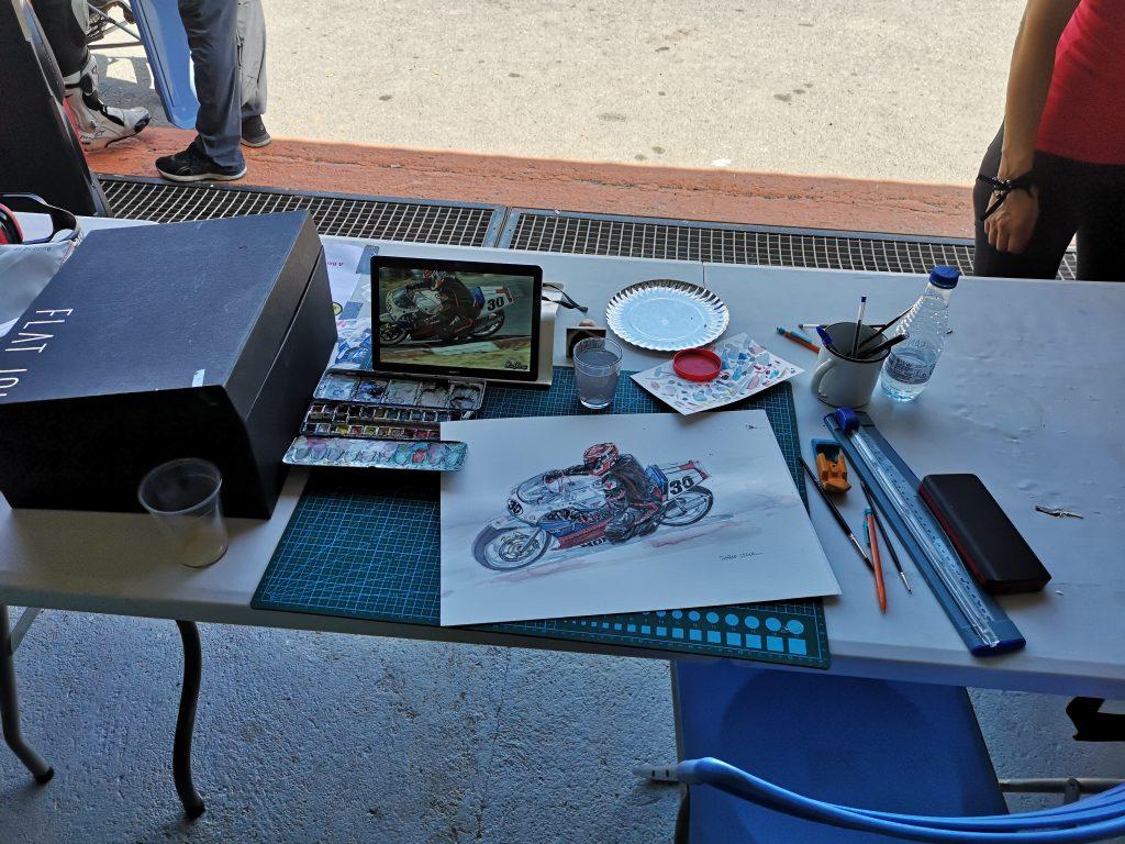 Mesa imrovisada para realizar el dibujo de Nichi en su moto